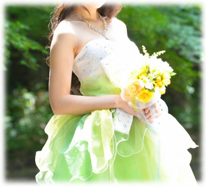 夏 結婚式 カラードレス